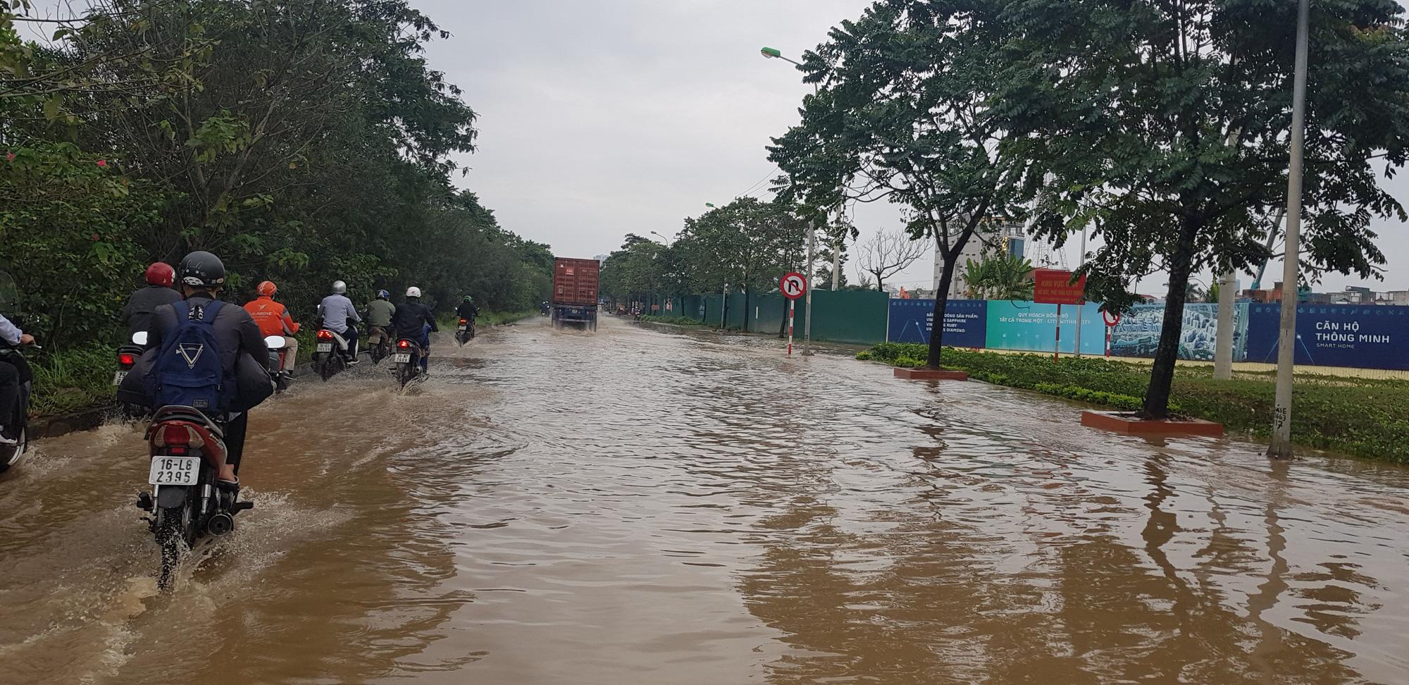Hà Nội: Hàng loạt phố chìm trong biển nước sau cơn mưa lớn - Ảnh 6.