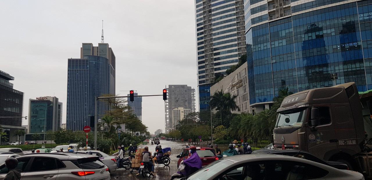 Hà Nội: Hàng loạt phố chìm trong biển nước sau cơn mưa lớn - Ảnh 3.