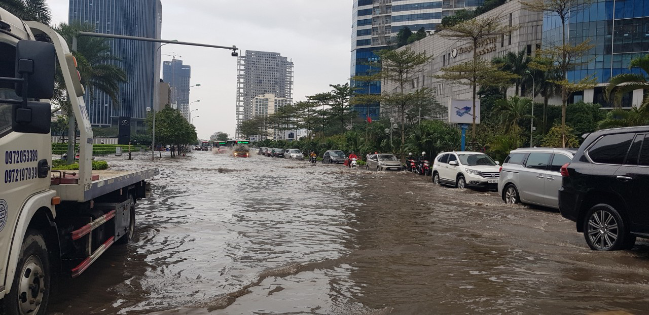 Hà Nội: Hàng loạt phố chìm trong biển nước sau cơn mưa lớn - Ảnh 2.
