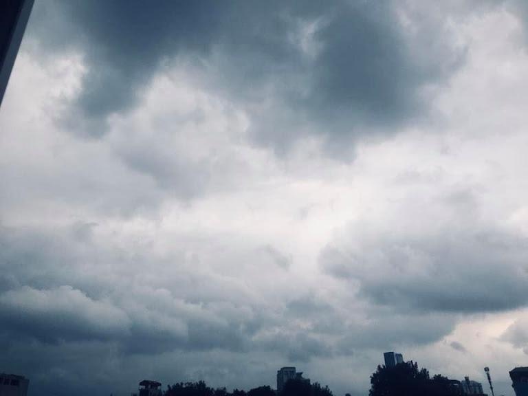 Hình ảnh Hà Nội đầu giờ chiều nay, bầu trời âm u, nhiều nơi mưa to, gió mạnh - Ảnh 3.