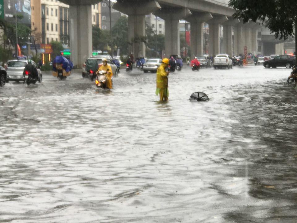 Đường phố Hà Nội ngập như sông sau trận mưa lớn bất thường - Ảnh 9.