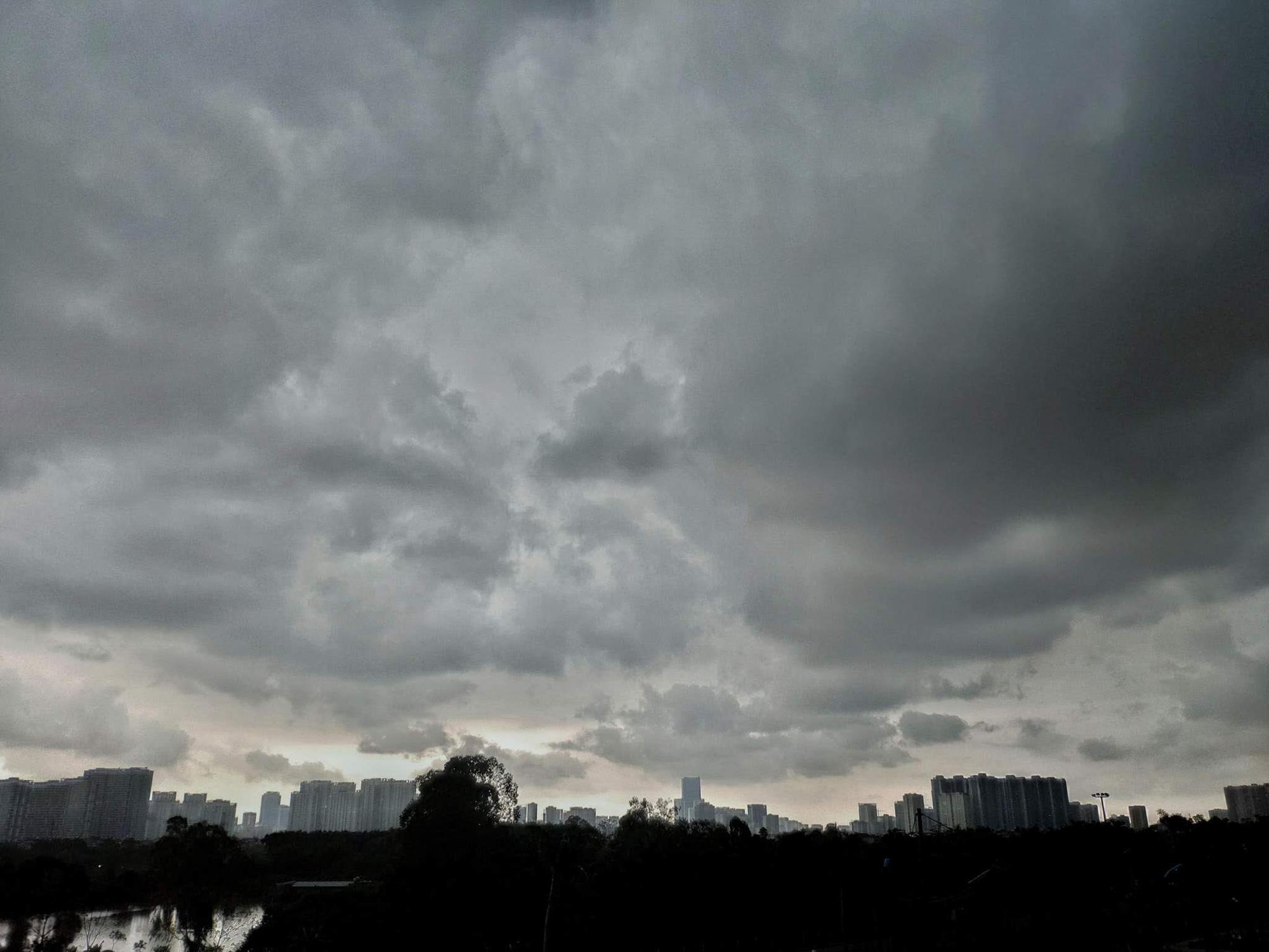 Hình ảnh Hà Nội đầu giờ chiều nay, bầu trời âm u, nhiều nơi mưa to, gió mạnh - Ảnh 2.