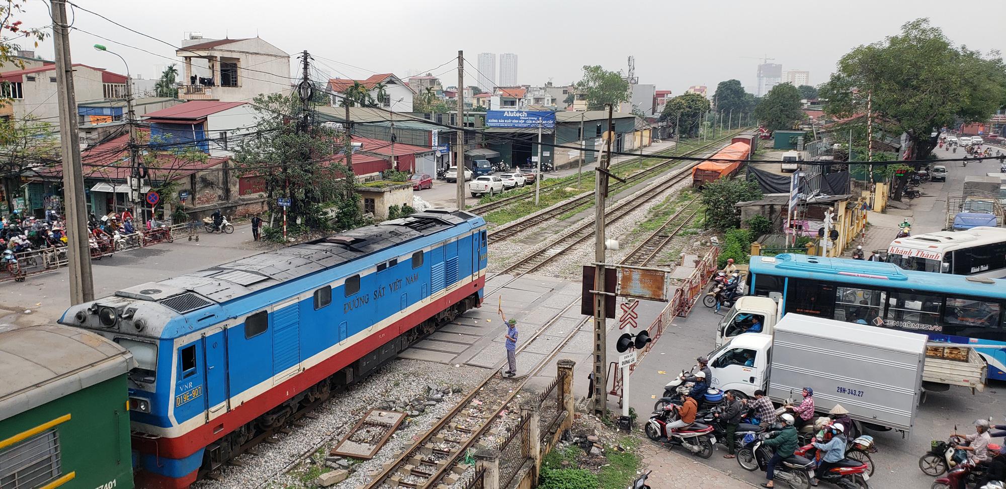 Tạm dừng toàn bộ xe hợp đồng, du lịch trên 9 chỗ, hạn chế xe khách, tàu đi và đến Hà Nội, TP HCM từ hôm nay - Ảnh 2.
