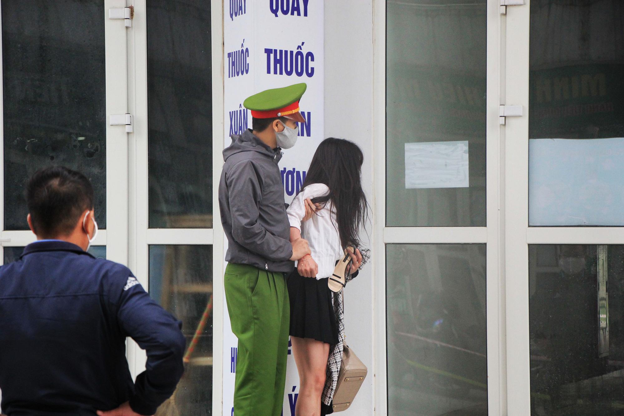 Hà Nội tạm cách li khu chung cư có người dương tính với SARS-CoV-2 - Ảnh 2.