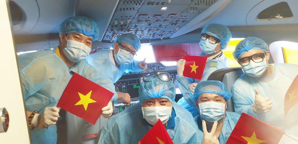 Xúc động chuyến bay đặc biệt đón 56 đồng bào hồi hương của tỉ phú Phạm Nhật Vượng - Ảnh 2.