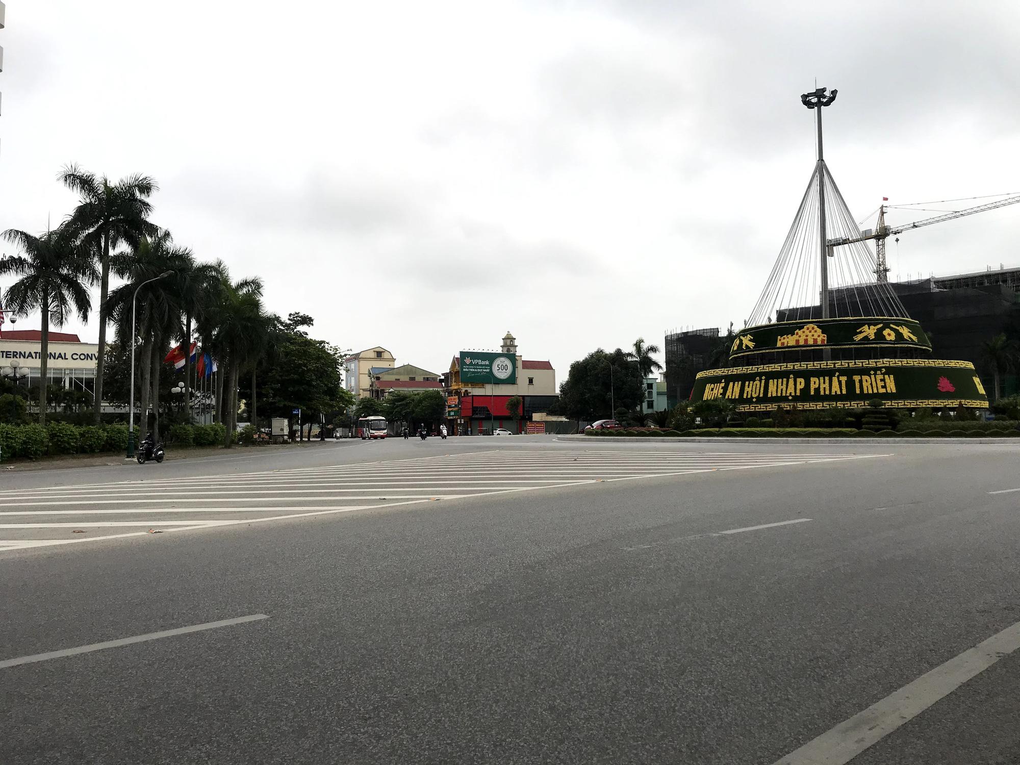 Dịch Covid-19 tại Nghệ An: Tiểu thương chợ Vinh ế ẩm, các cơ sở kinh doanh dịch vụ, giải trí đồng loạt đóng cửa - Ảnh 10.