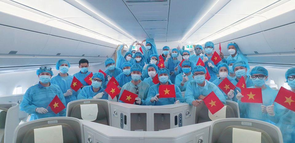 Xúc động chuyến bay đặc biệt đón 56 đồng bào hồi hương của tỉ phú Phạm Nhật Vượng - Ảnh 1.