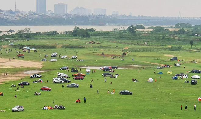 Đông người cắm trại ở chân cầu Vĩnh Tuy bất chấp dịch bệnh - Ảnh 1.