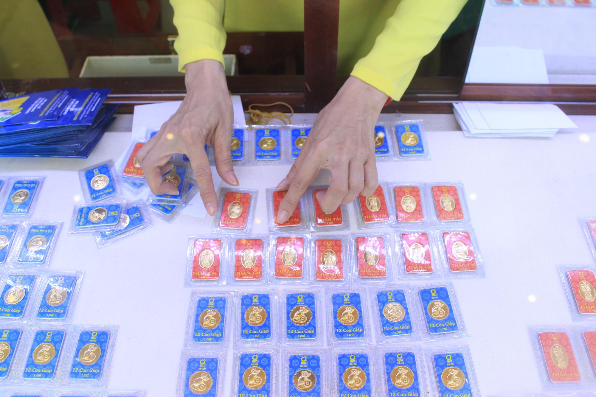 Nhiều tiệm vàng đóng cửa phòng Covid-19, vàng vọt lên 48,2 triệu đồng/lượng - Ảnh 1.