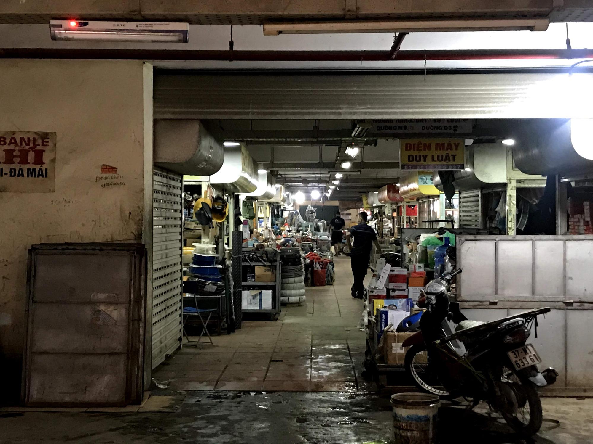 Dịch Covid-19 tại Nghệ An: Tiểu thương chợ Vinh ế ẩm, các cơ sở kinh doanh dịch vụ, giải trí đồng loạt đóng cửa - Ảnh 4.