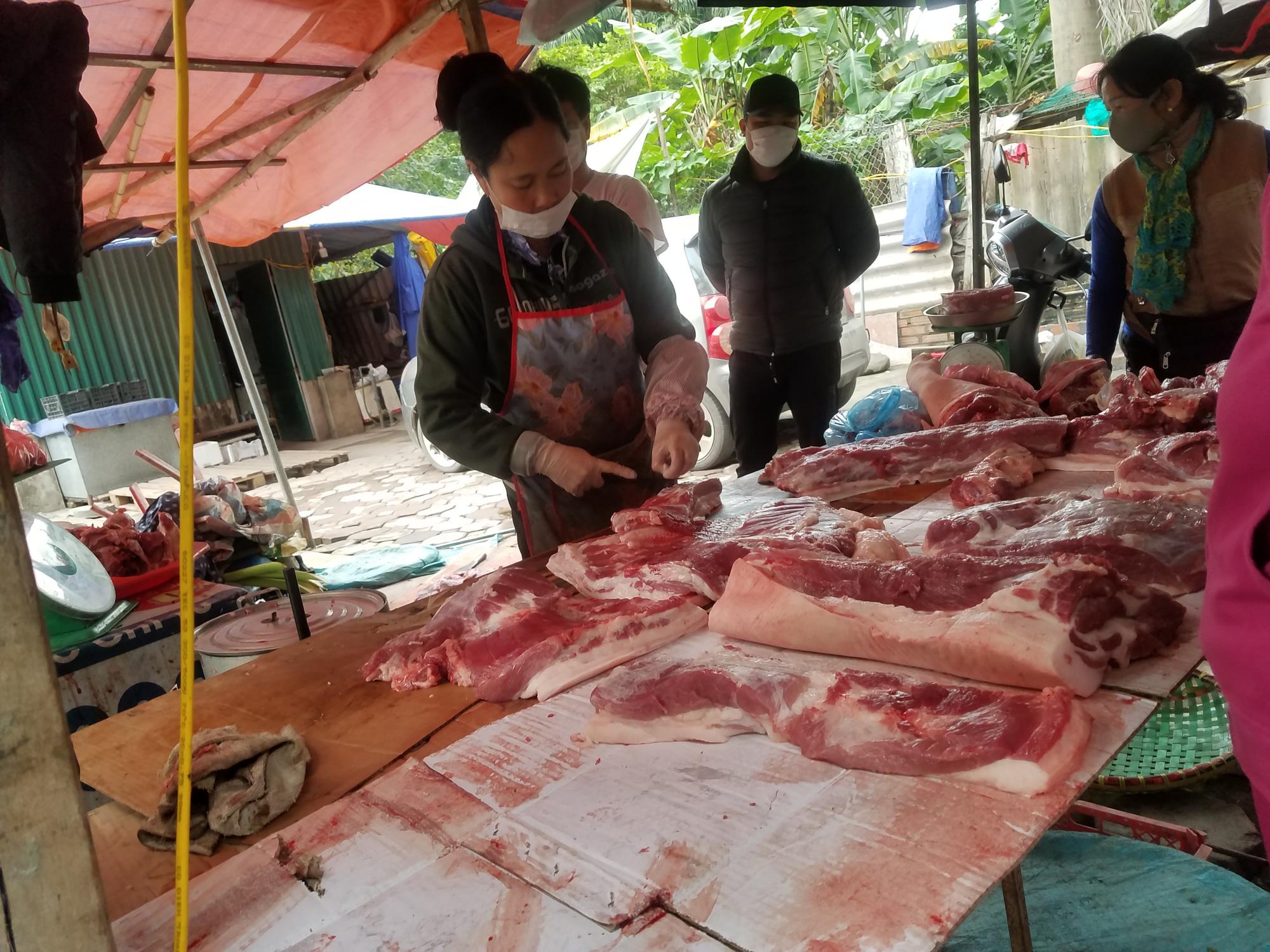 Hà Nội: Người dân tranh thủ ra các chợ, siêu thị mua lương thực và các đồ thiết yếu - Ảnh 12.