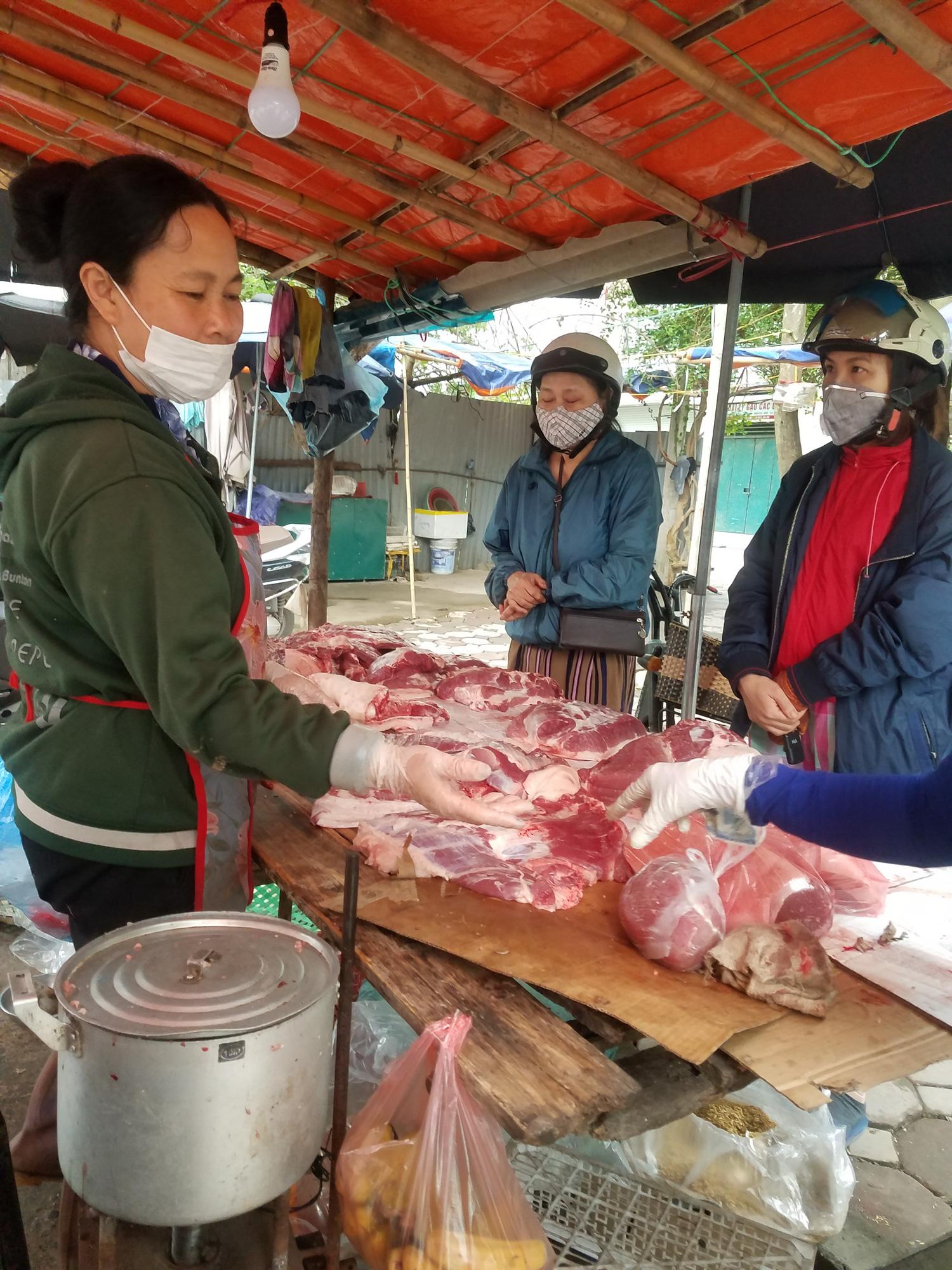 Hà Nội: Người dân tranh thủ ra các chợ, siêu thị mua lương thực và các đồ thiết yếu - Ảnh 13.