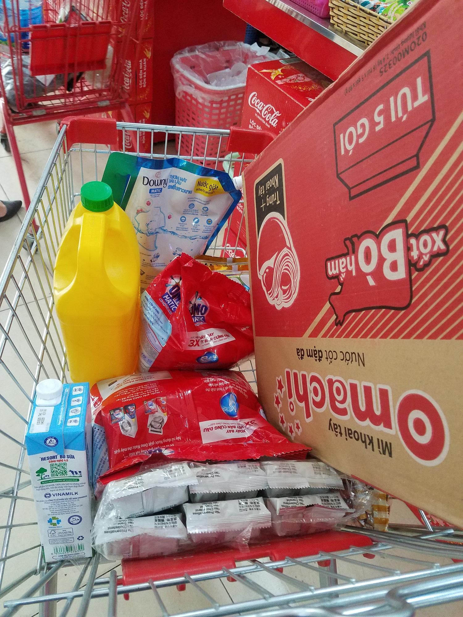 Hà Nội: Người dân tranh thủ ra các chợ, siêu thị mua lương thực và các đồ thiết yếu - Ảnh 8.