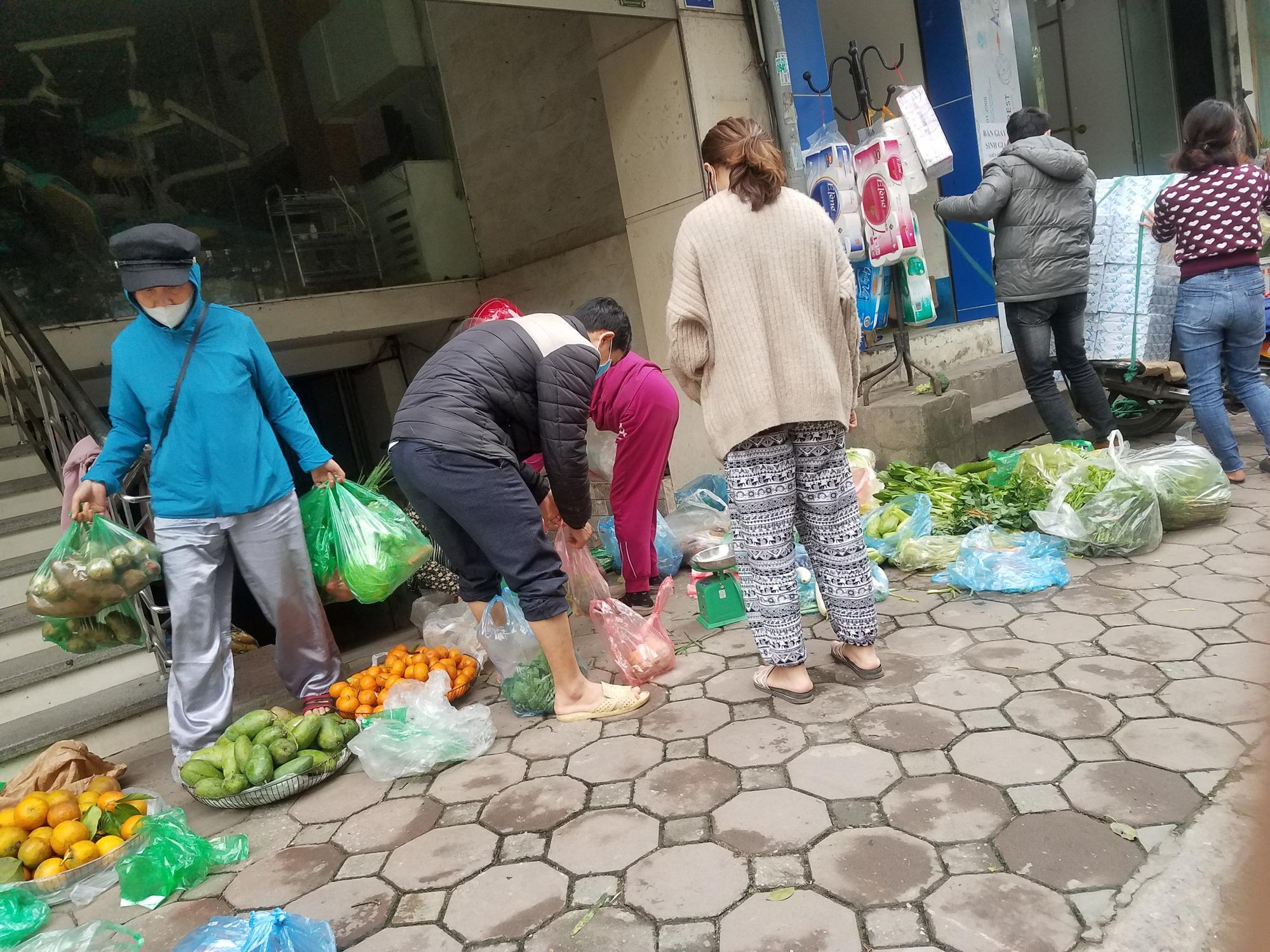 Hà Nội: Người dân tranh thủ ra các chợ, siêu thị mua lương thực và các đồ thiết yếu - Ảnh 15.