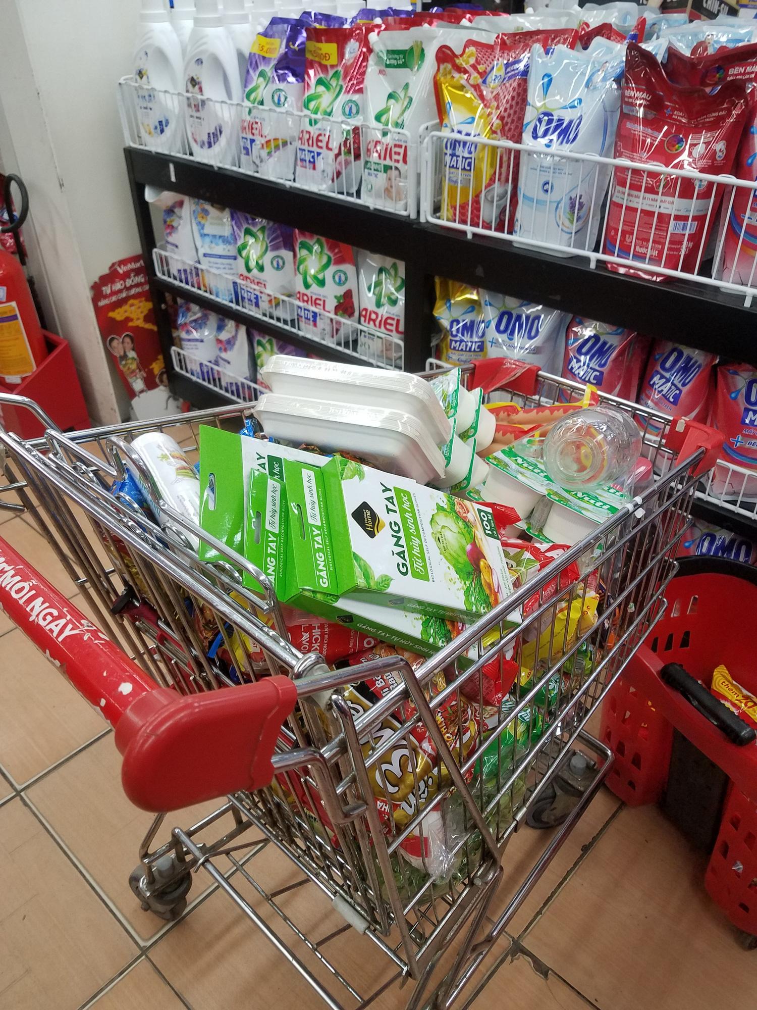 Hà Nội: Người dân tranh thủ ra các chợ, siêu thị mua lương thực và các đồ thiết yếu - Ảnh 9.