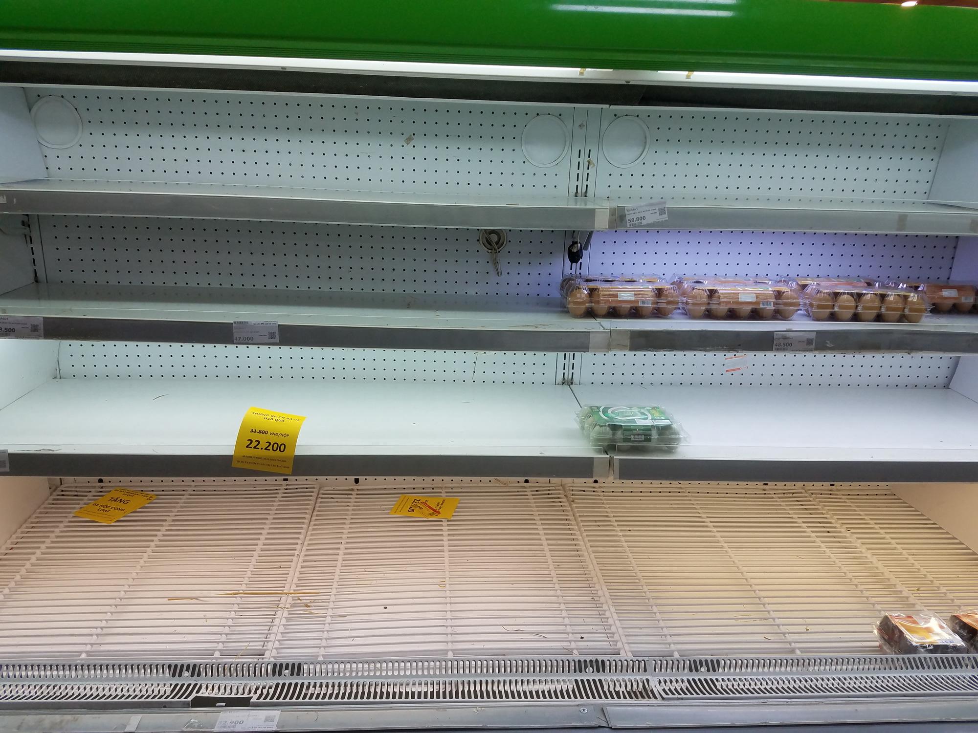 Hà Nội: Người dân tranh thủ ra các chợ, siêu thị mua lương thực và các đồ thiết yếu - Ảnh 4.