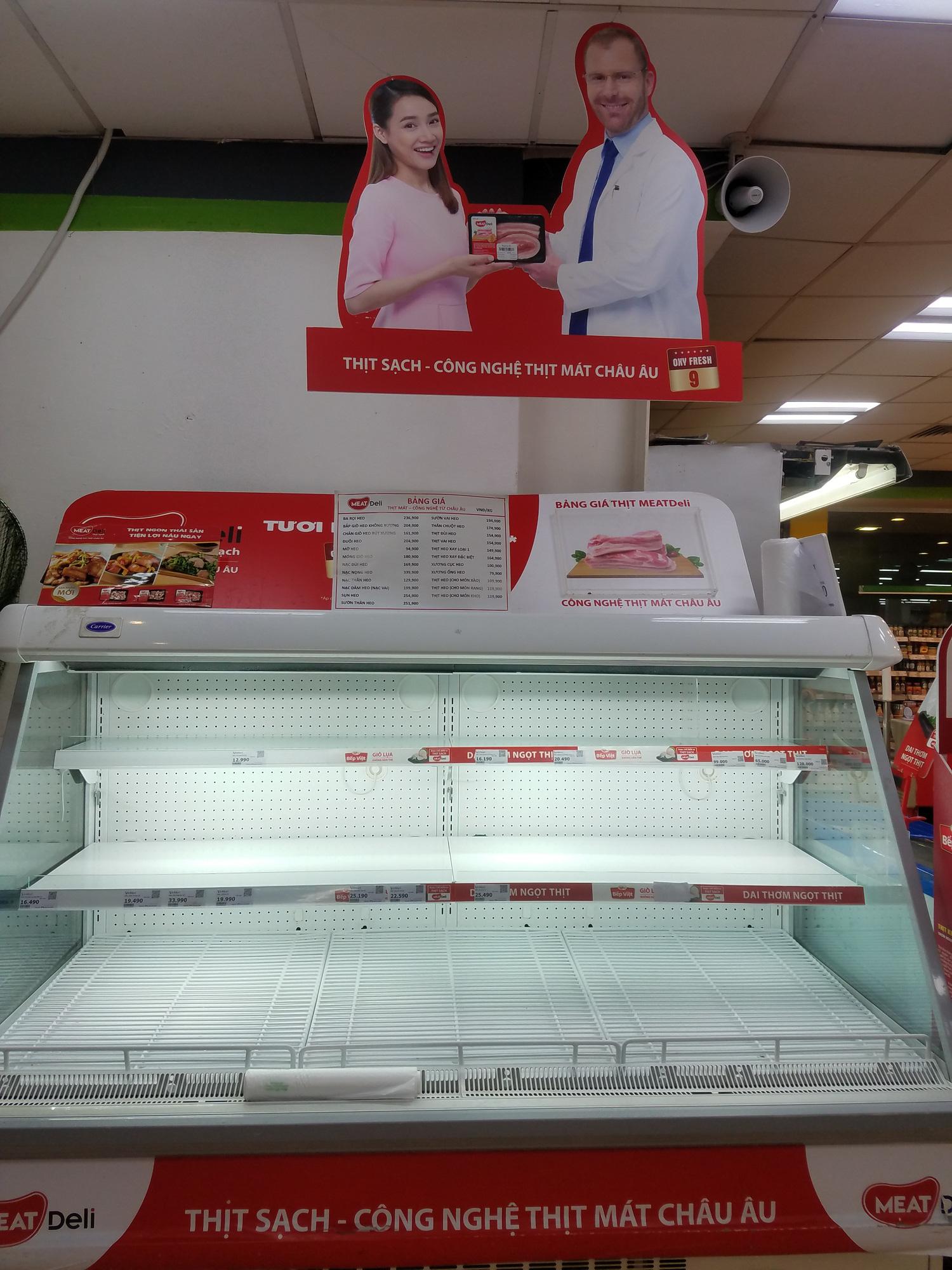 Hà Nội: Người dân tranh thủ ra các chợ, siêu thị mua lương thực và các đồ thiết yếu - Ảnh 2.