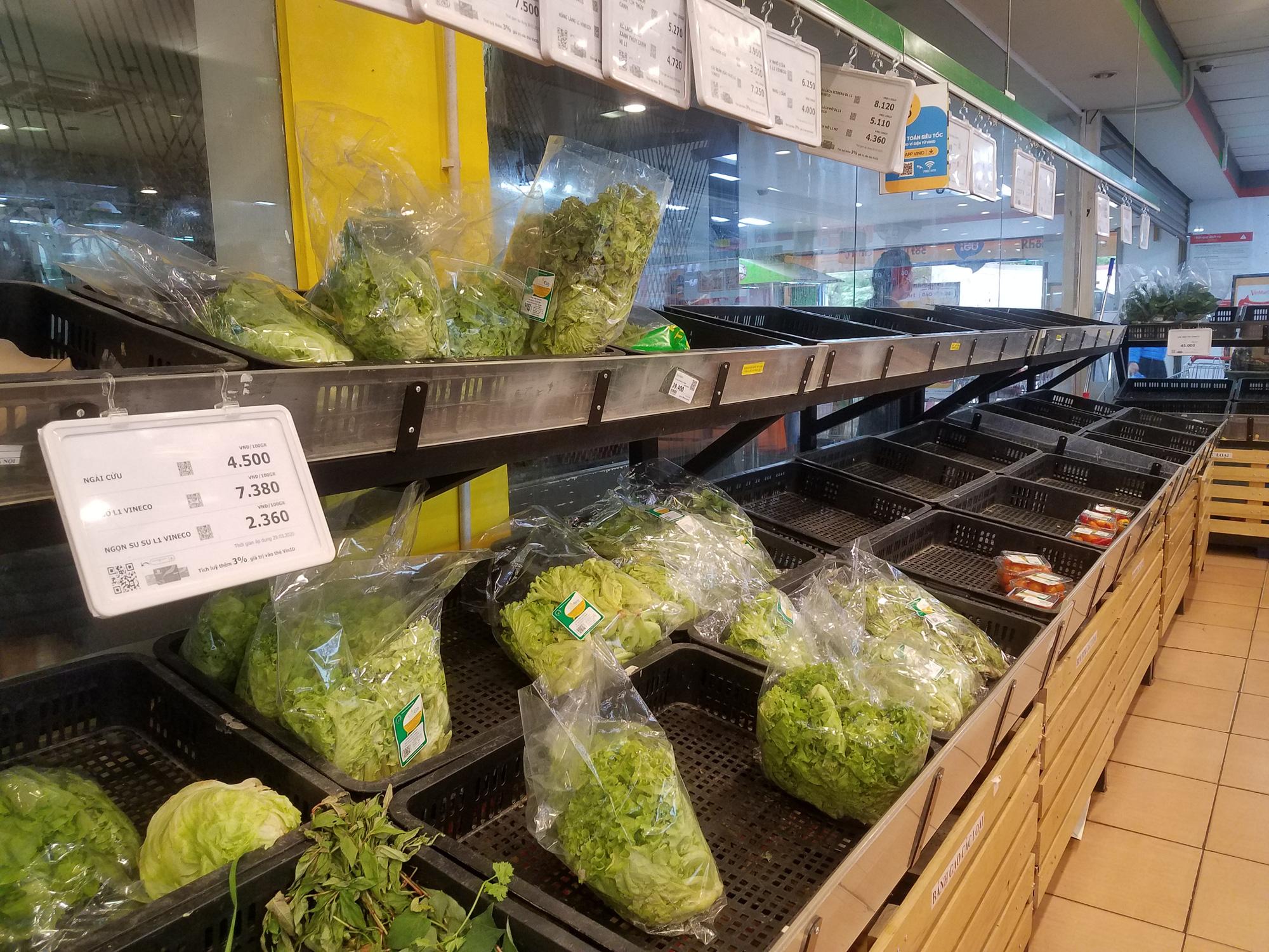Hà Nội: Người dân tranh thủ ra các chợ, siêu thị mua lương thực và các đồ thiết yếu - Ảnh 5.