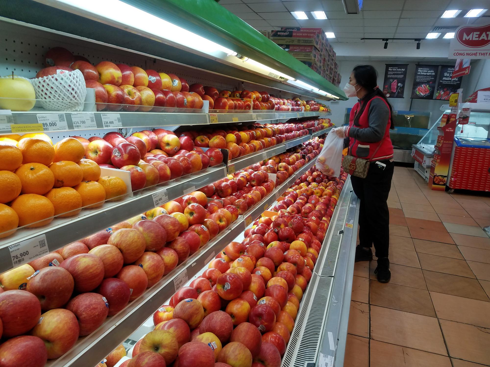 Hà Nội: Người dân tranh thủ ra các chợ, siêu thị mua lương thực và các đồ thiết yếu - Ảnh 6.