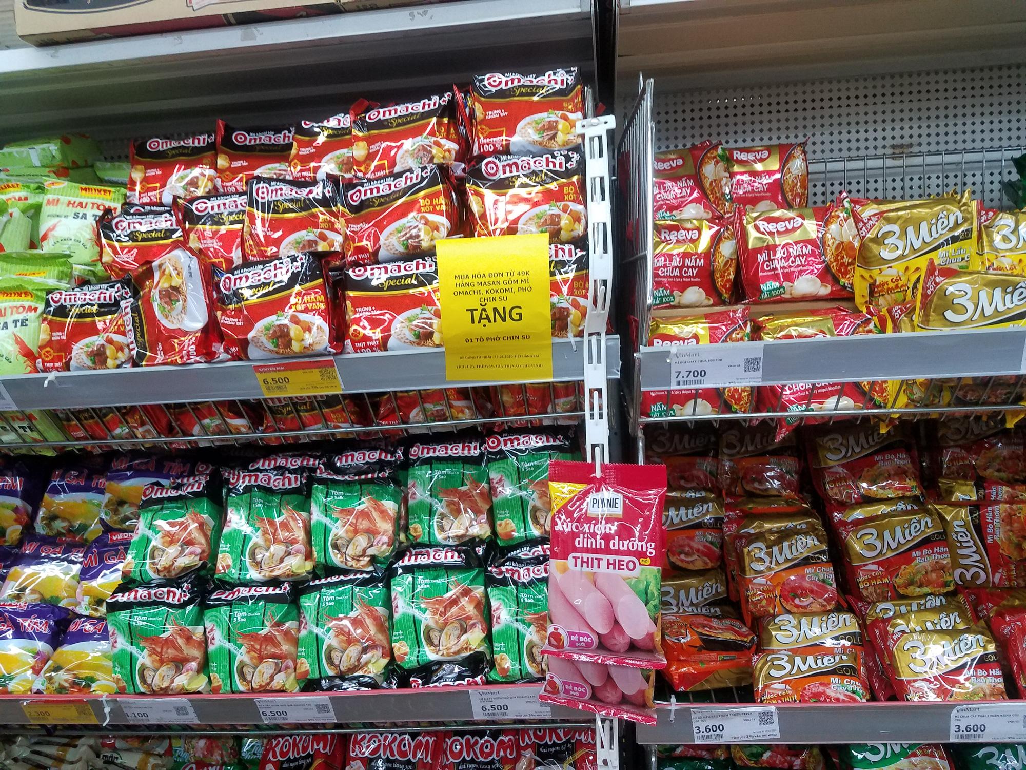 Hà Nội: Người dân tranh thủ ra các chợ, siêu thị mua lương thực và các đồ thiết yếu - Ảnh 7.