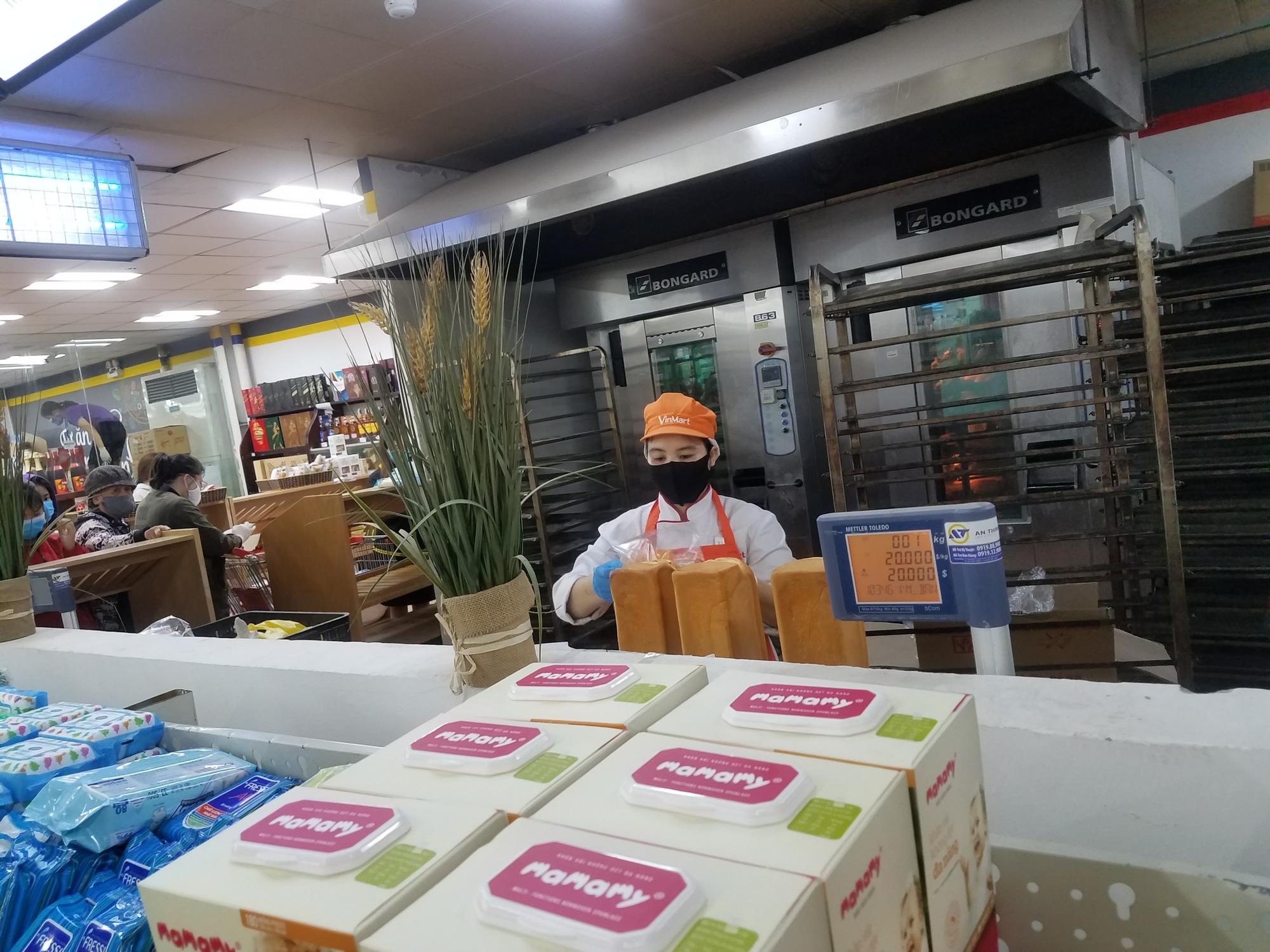 Hà Nội: Người dân tranh thủ ra các chợ, siêu thị mua lương thực và các đồ thiết yếu - Ảnh 10.