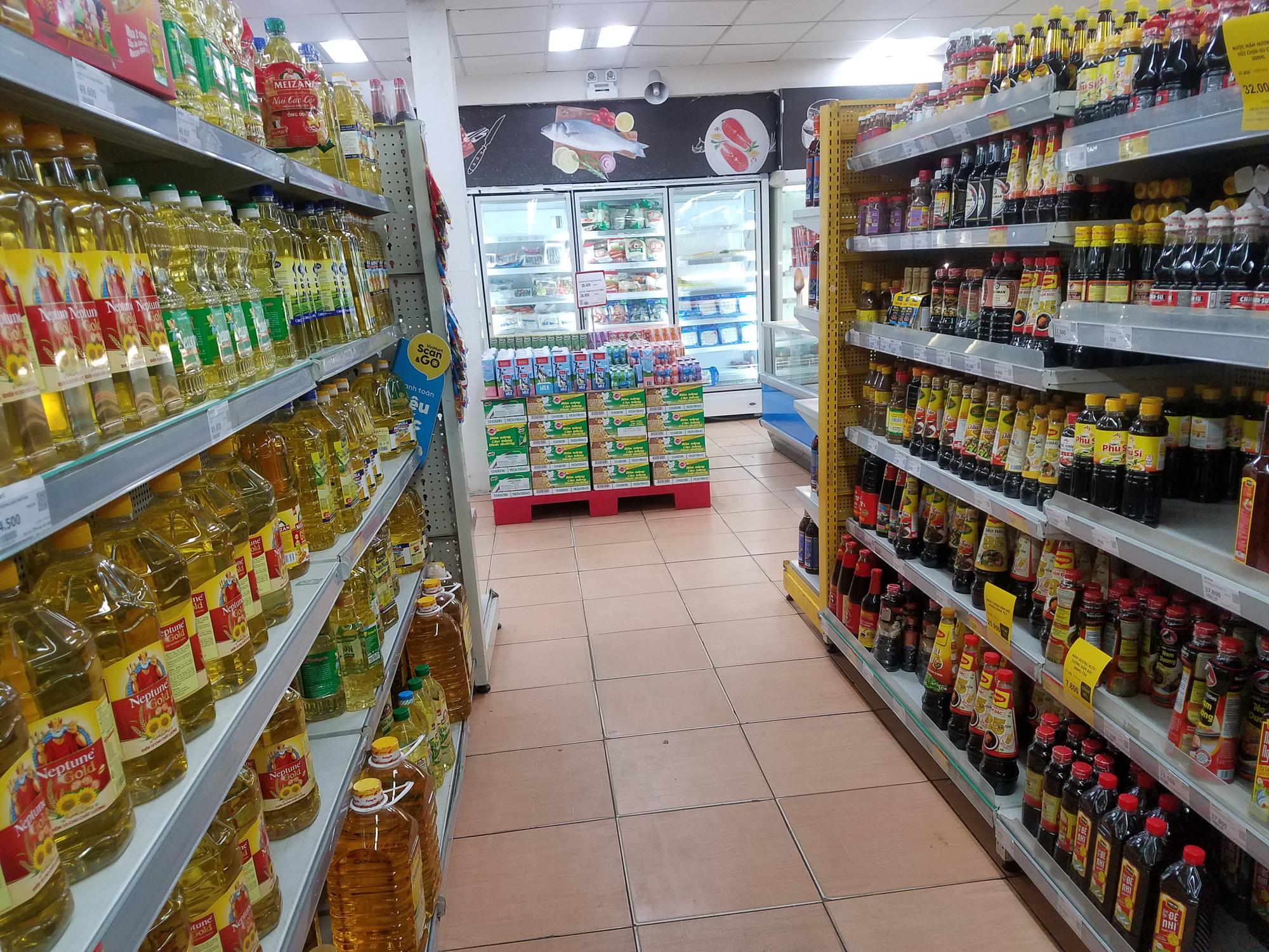 Hà Nội: Người dân tranh thủ ra các chợ, siêu thị mua lương thực và các đồ thiết yếu - Ảnh 11.