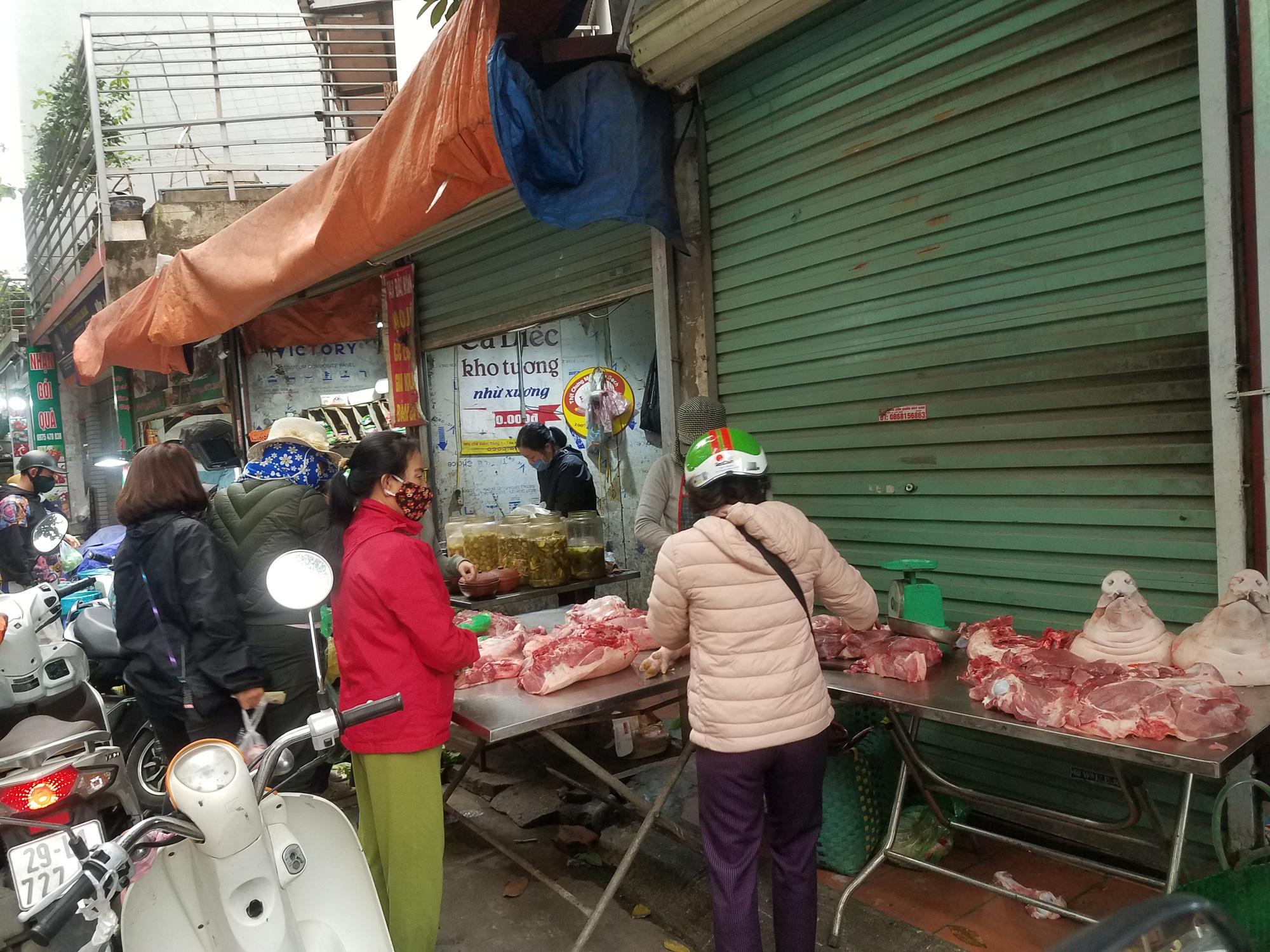 Hà Nội: Người dân tranh thủ ra các chợ, siêu thị mua lương thực và các đồ thiết yếu - Ảnh 14.