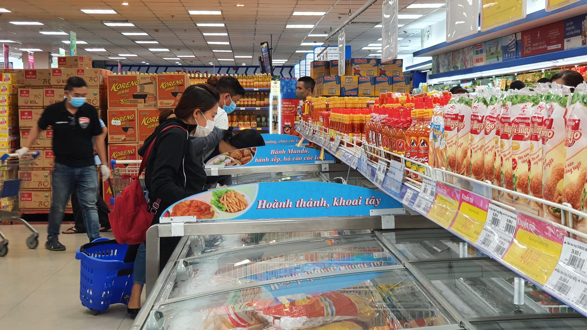 Sợ siêu thị đóng cửa, bị rủ rê… người Sài gòn kéo nhau đi mua đồ về trữ cho 14 ngày cách li xã hội - Ảnh 7.