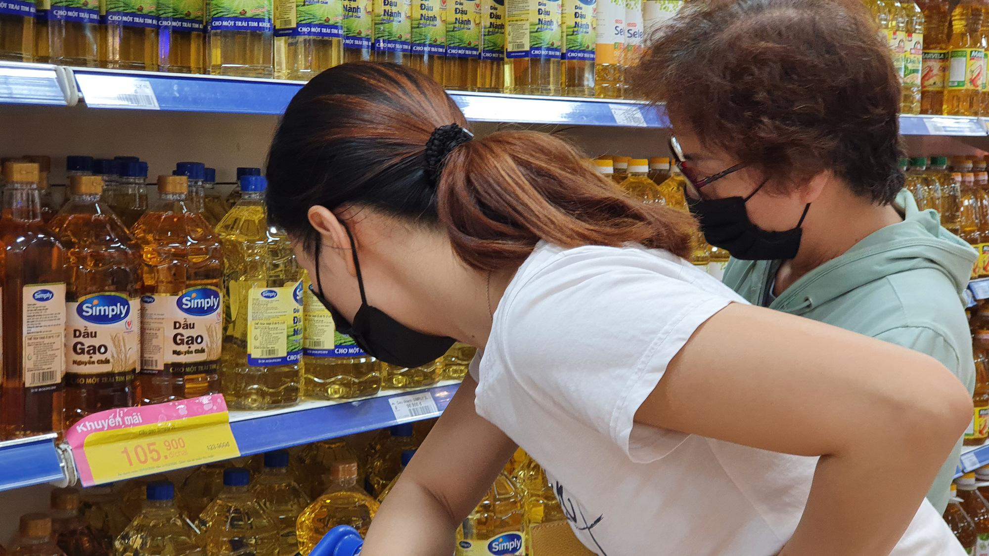 Sợ siêu thị đóng cửa, bị rủ rê… người Sài gòn kéo nhau đi mua đồ về trữ cho 14 ngày cách li xã hội - Ảnh 10.