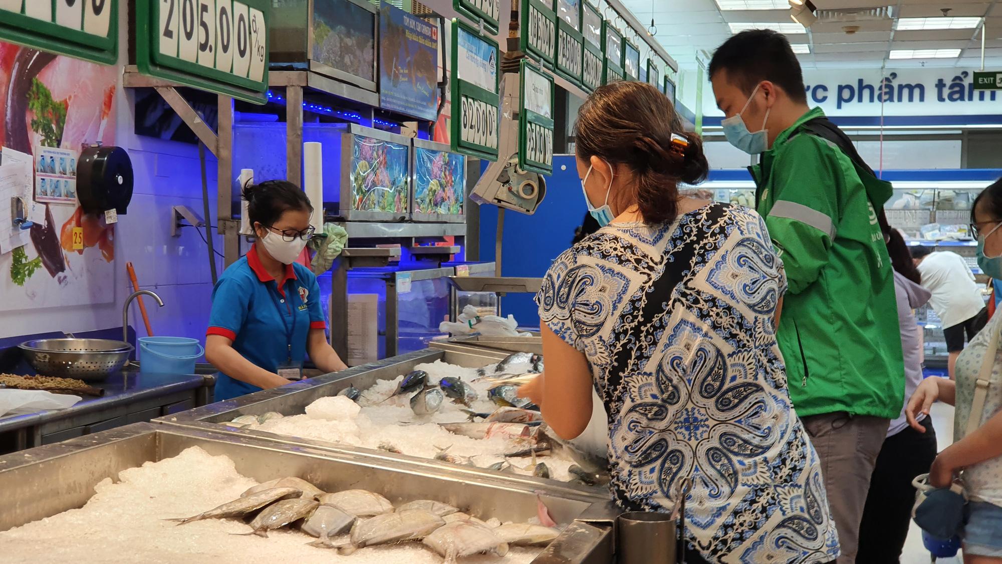 Sợ siêu thị đóng cửa, bị rủ rê… người Sài gòn kéo nhau đi mua đồ về trữ cho 14 ngày cách li xã hội - Ảnh 6.