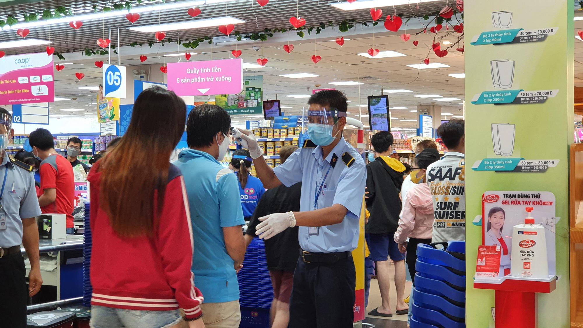 Sợ siêu thị đóng cửa, bị rủ rê… người Sài gòn kéo nhau đi mua đồ về trữ cho 14 ngày cách li xã hội - Ảnh 2.