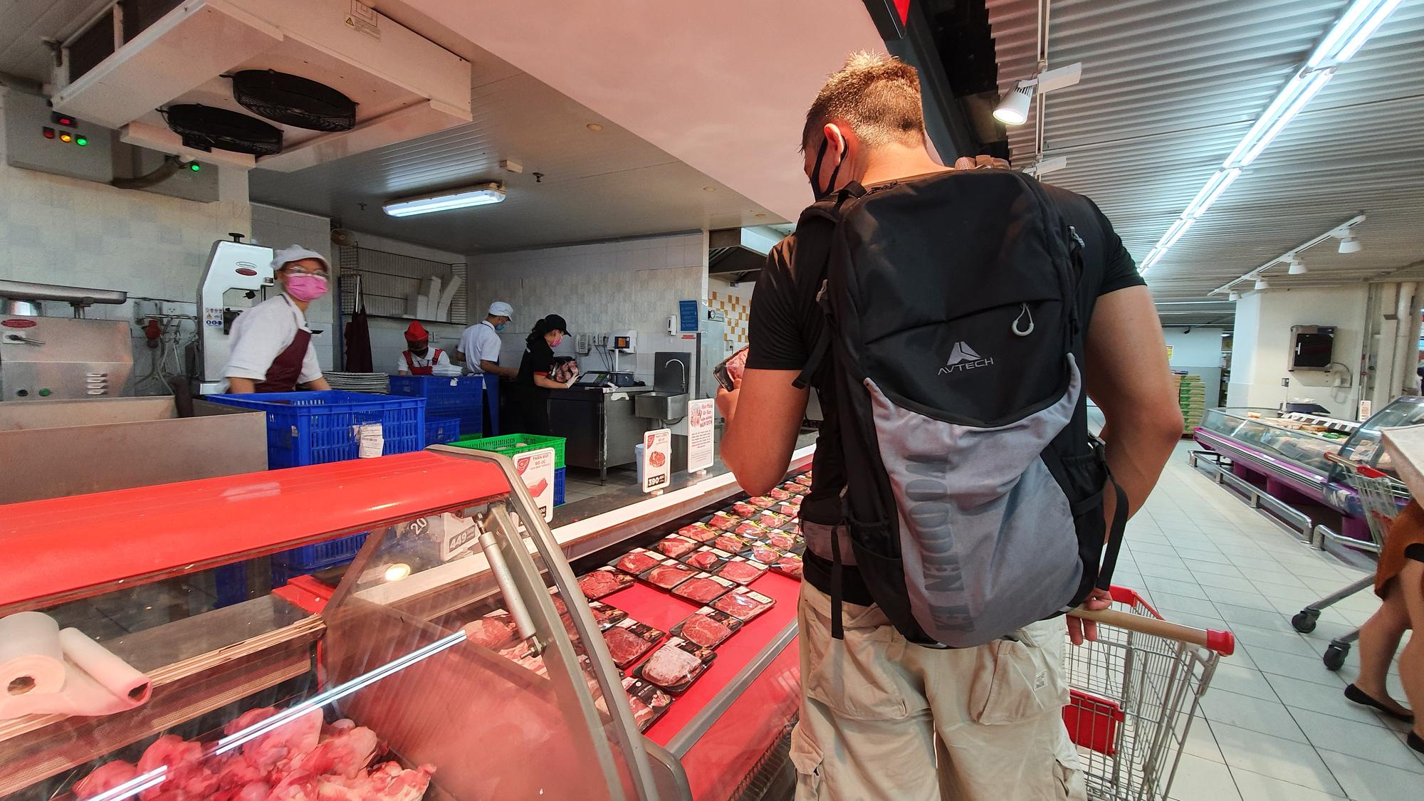 Sợ siêu thị đóng cửa, bị rủ rê… người Sài gòn kéo nhau đi mua đồ về trữ cho 14 ngày cách li xã hội - Ảnh 18.