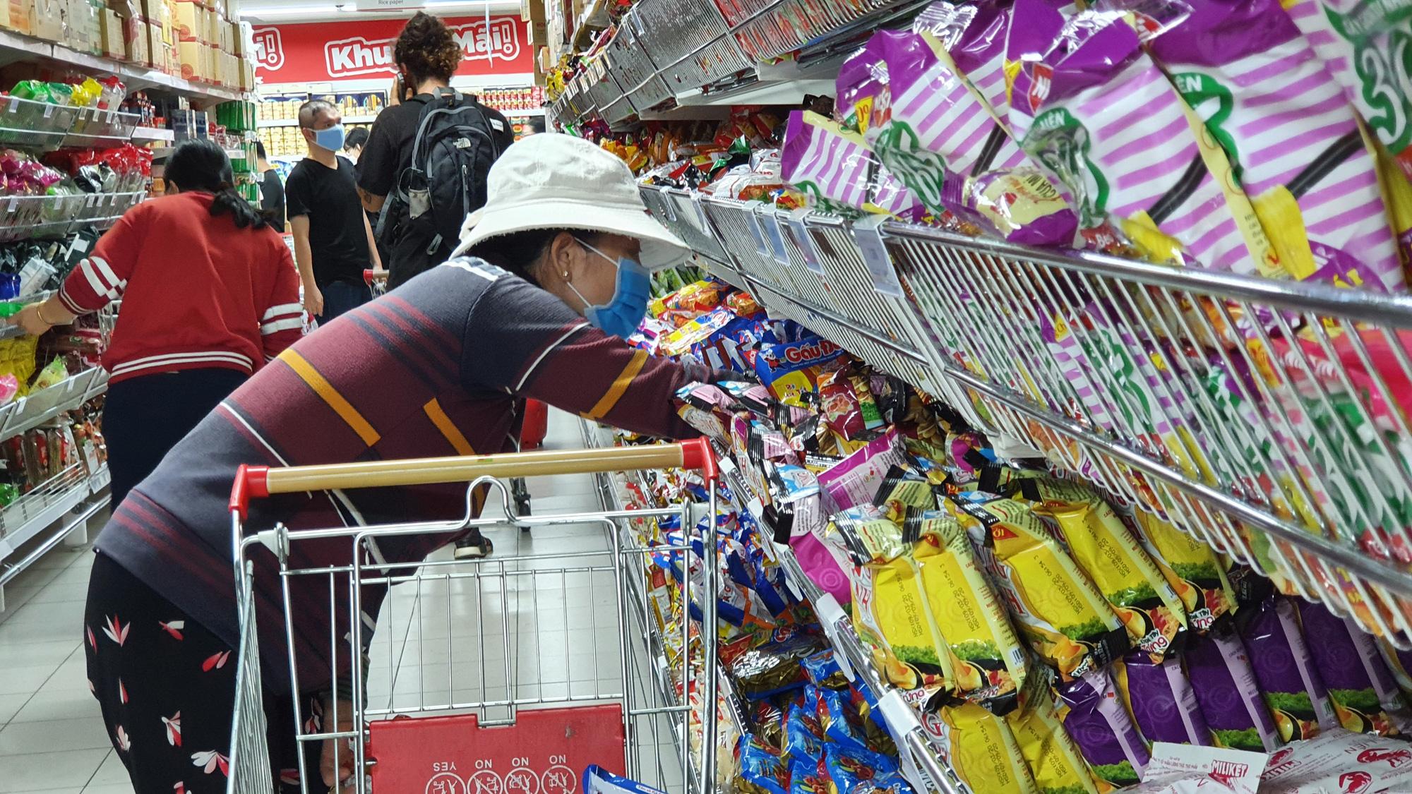 Sợ siêu thị đóng cửa, bị rủ rê… người Sài gòn kéo nhau đi mua đồ về trữ cho 14 ngày cách li xã hội - Ảnh 20.