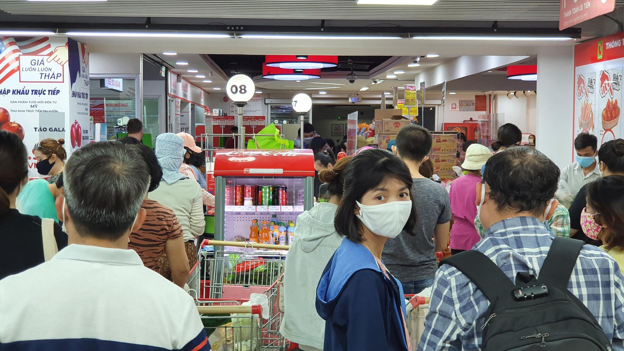 Sợ siêu thị đóng cửa, bị rủ rê… người Sài gòn kéo nhau đi mua đồ về trữ cho 14 ngày cách li xã hội - Ảnh 23.