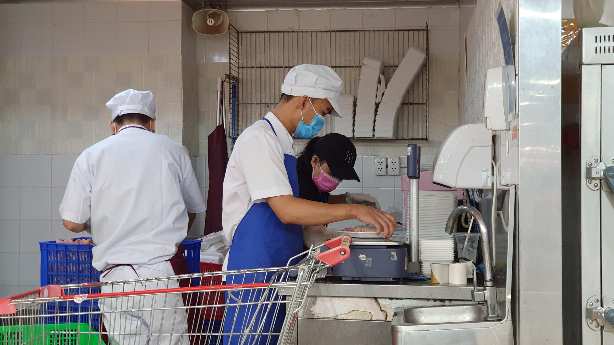Sợ siêu thị đóng cửa, bị rủ rê… người Sài gòn kéo nhau đi mua đồ về trữ cho 14 ngày cách li xã hội - Ảnh 16.