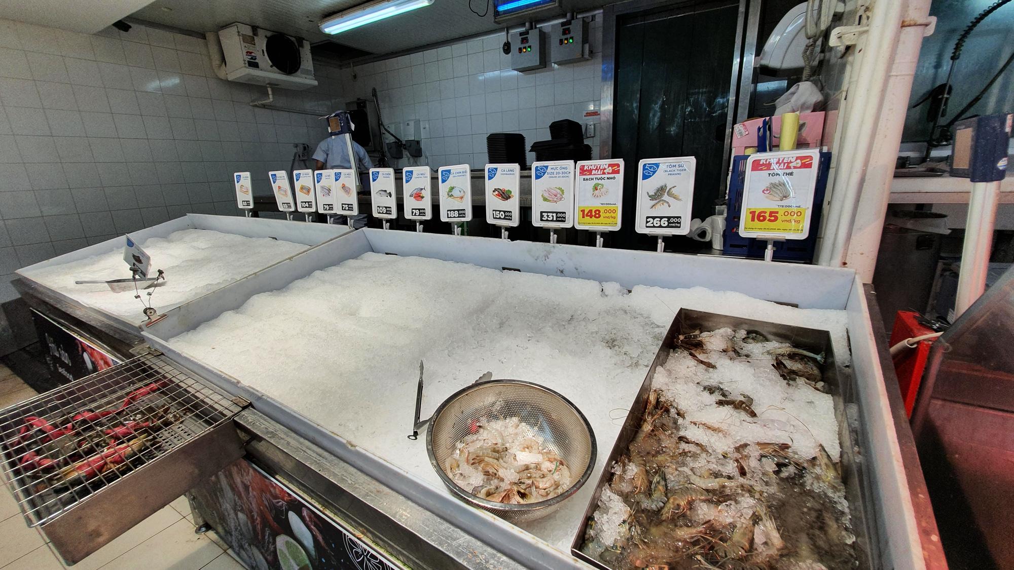 Sợ siêu thị đóng cửa, bị rủ rê… người Sài gòn kéo nhau đi mua đồ về trữ cho 14 ngày cách li xã hội - Ảnh 17.