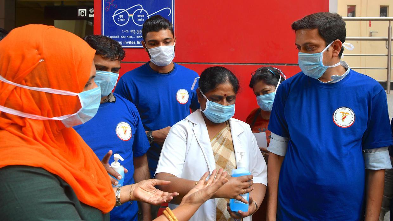 Thiếu thiết bị, vật tư y tế: bác sĩ tại Ấn Độ chiến đấu với virus Covid-19 bằng áo mưa, mũ bảo hiểm - Ảnh 3.