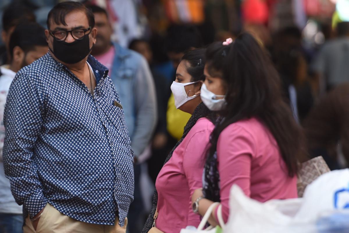 Thiếu thiết bị, vật tư y tế: bác sĩ tại Ấn Độ chiến đấu với virus Covid-19 bằng áo mưa, mũ bảo hiểm - Ảnh 1.