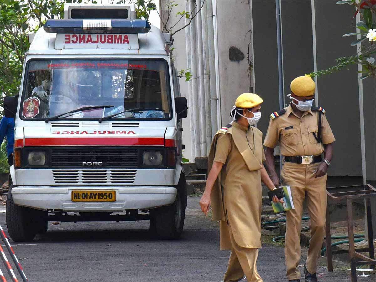 Thiếu thiết bị, vật tư y tế: bác sĩ tại Ấn Độ chiến đấu với virus Covid-19 bằng áo mưa, mũ bảo hiểm - Ảnh 2.