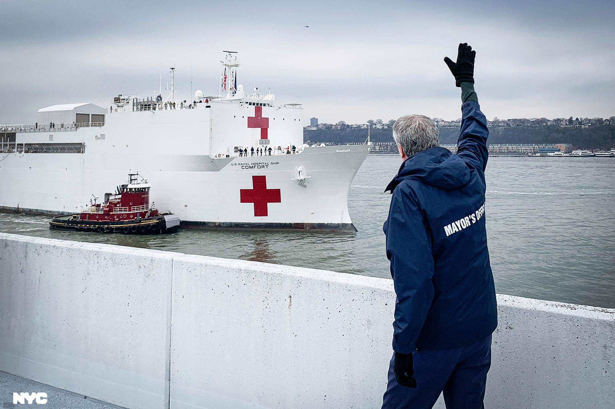 New York chào đón chuyến tàu bệnh viện với tiếng reo hò, số người tử vong ở Mỹ vượt 3.000 - Ảnh 2.