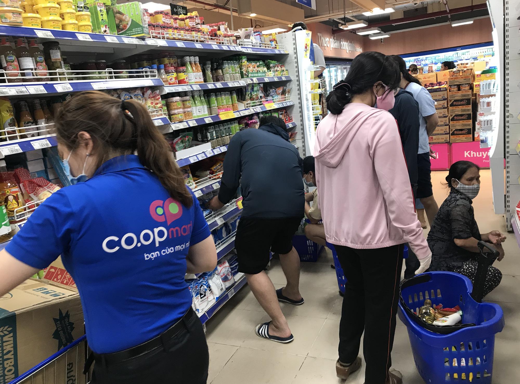 Chợ, siêu thị mở cửa bình thường, Co.opmart, Big C, VinMart cam kết hàng lúc nào cũng có, ăn 3-6 tháng không hết - Ảnh 2.