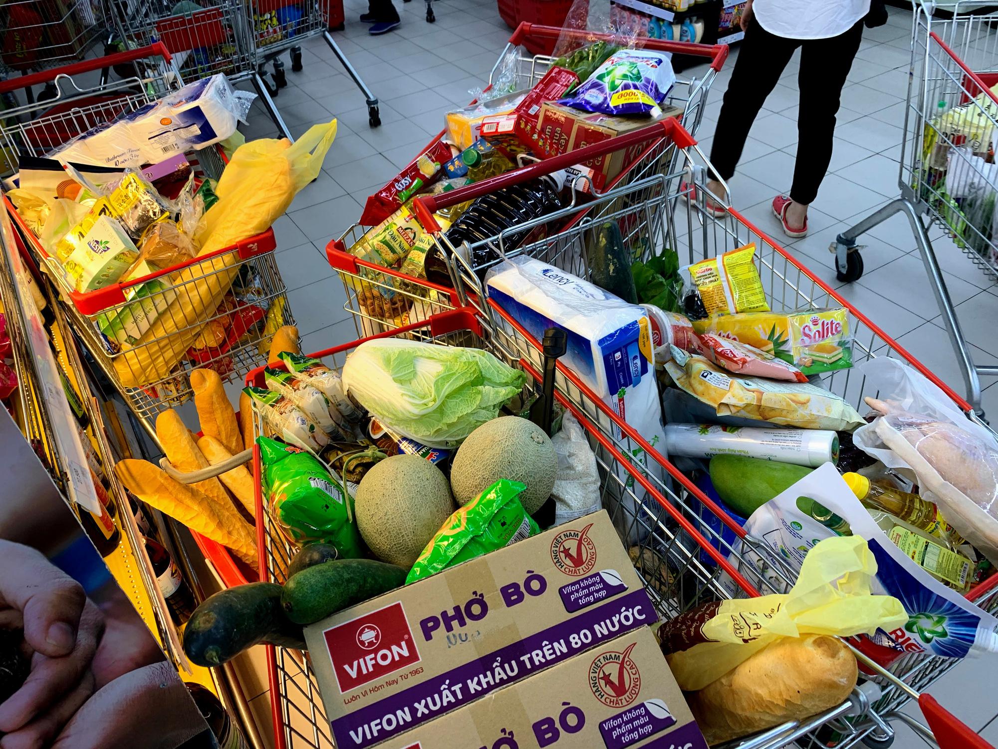 Người Hà Nội kéo đi mua hàng chuẩn bị cho những ngày cách li, nhân viên siêu thị làm việc mỏi tay vẫn không xuể - Ảnh 12.