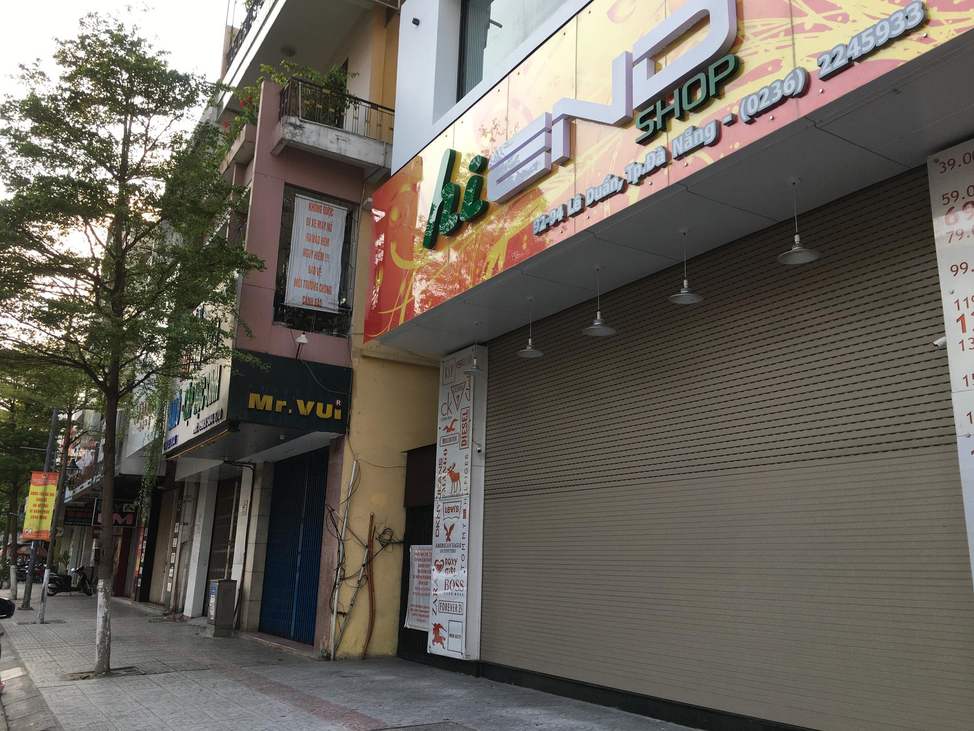 Khách sạn, công trình xây dựng ven biển, các hãng thời trang lớn ở Đà Nẵng đóng cửa hàng loạt trước ngày 'cách li toàn xã hội' - Ảnh 4.