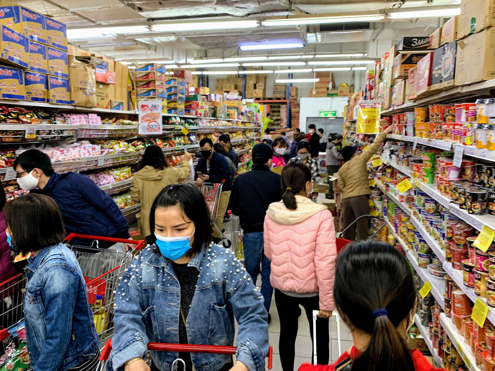 Người Hà Nội kéo đi mua hàng chuẩn bị cho những ngày cách li, nhân viên siêu thị làm việc mỏi tay vẫn không xuể - Ảnh 6.