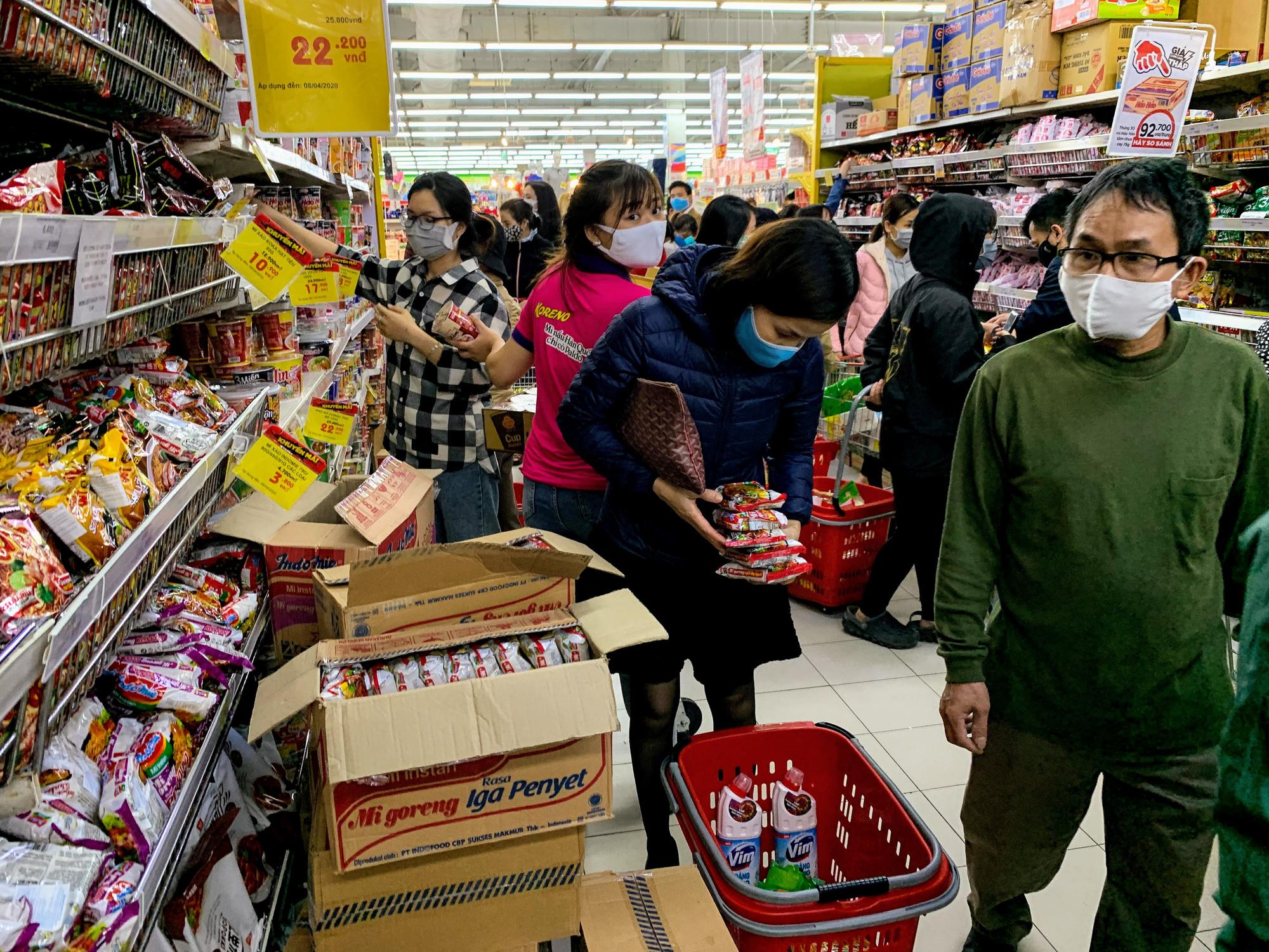 Người Hà Nội kéo đi mua hàng chuẩn bị cho những ngày cách li, nhân viên siêu thị làm việc mỏi tay vẫn không xuể - Ảnh 7.