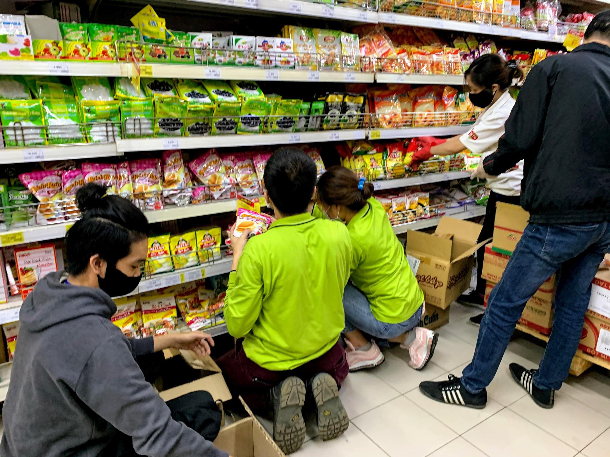 Người Hà Nội kéo đi mua hàng chuẩn bị cho những ngày cách li, nhân viên siêu thị làm việc mỏi tay vẫn không xuể - Ảnh 8.