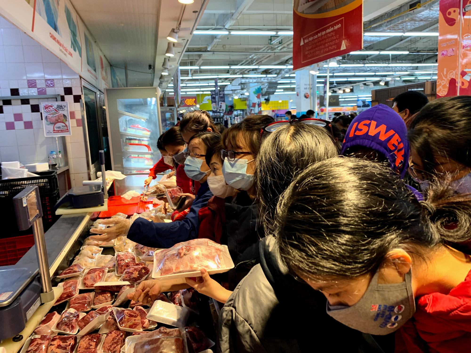 Người Hà Nội kéo đi mua hàng chuẩn bị cho những ngày cách li, nhân viên siêu thị làm việc mỏi tay vẫn không xuể - Ảnh 5.
