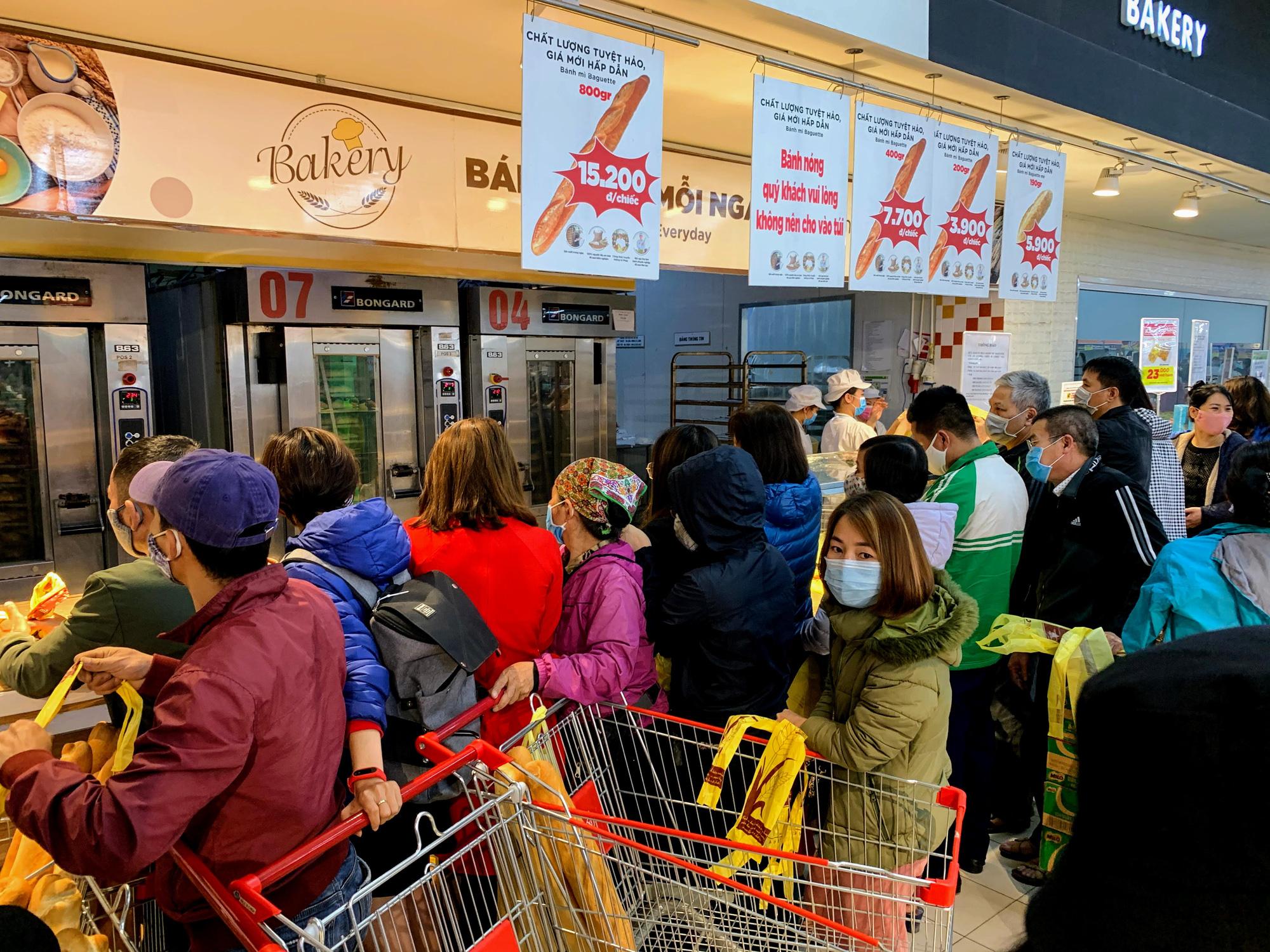 Người Hà Nội kéo đi mua hàng chuẩn bị cho những ngày cách li, nhân viên siêu thị làm việc mỏi tay vẫn không xuể - Ảnh 4.