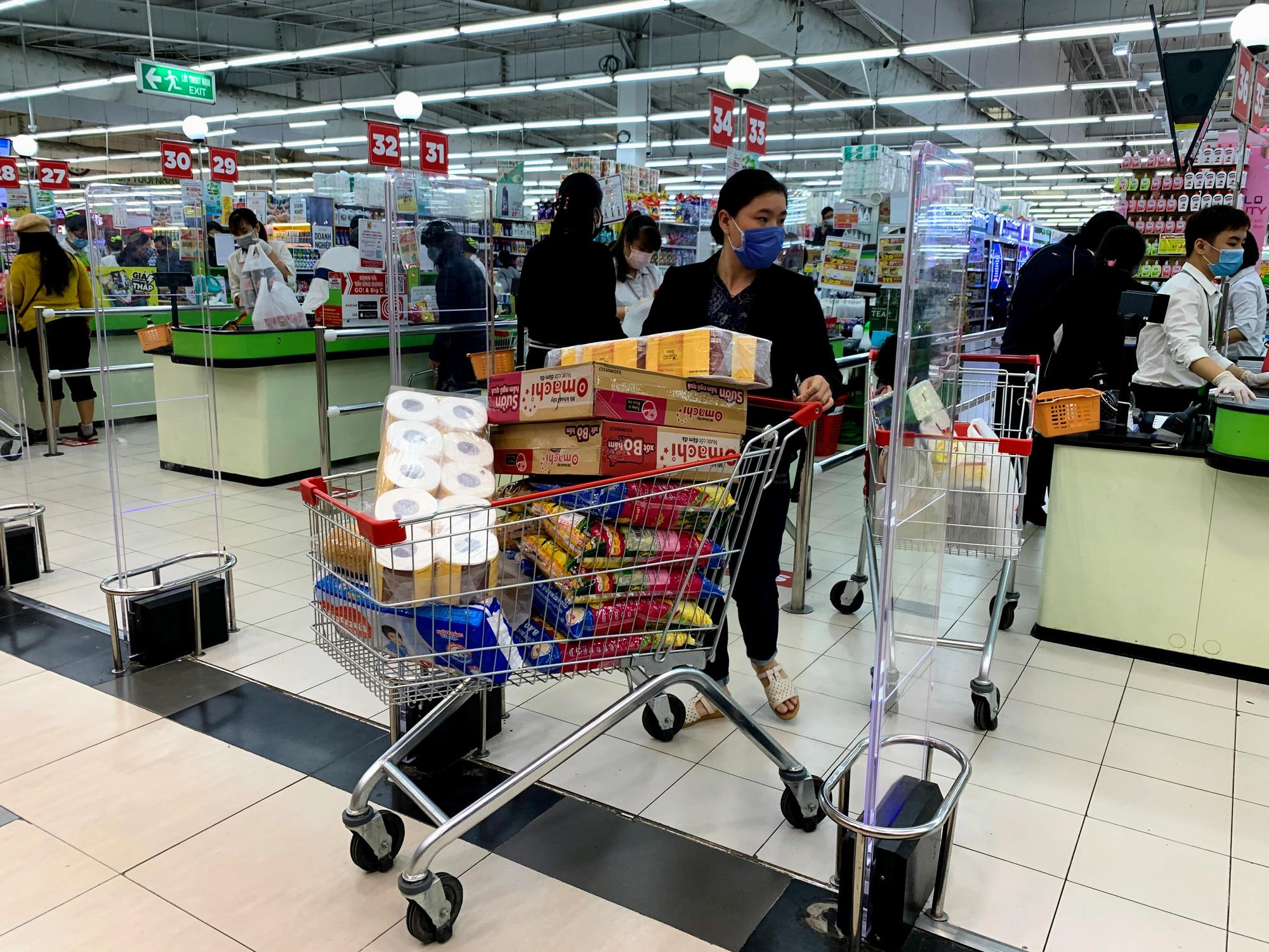 Người Hà Nội kéo đi mua hàng chuẩn bị cho những ngày cách li, nhân viên siêu thị làm việc mỏi tay vẫn không xuể - Ảnh 13.