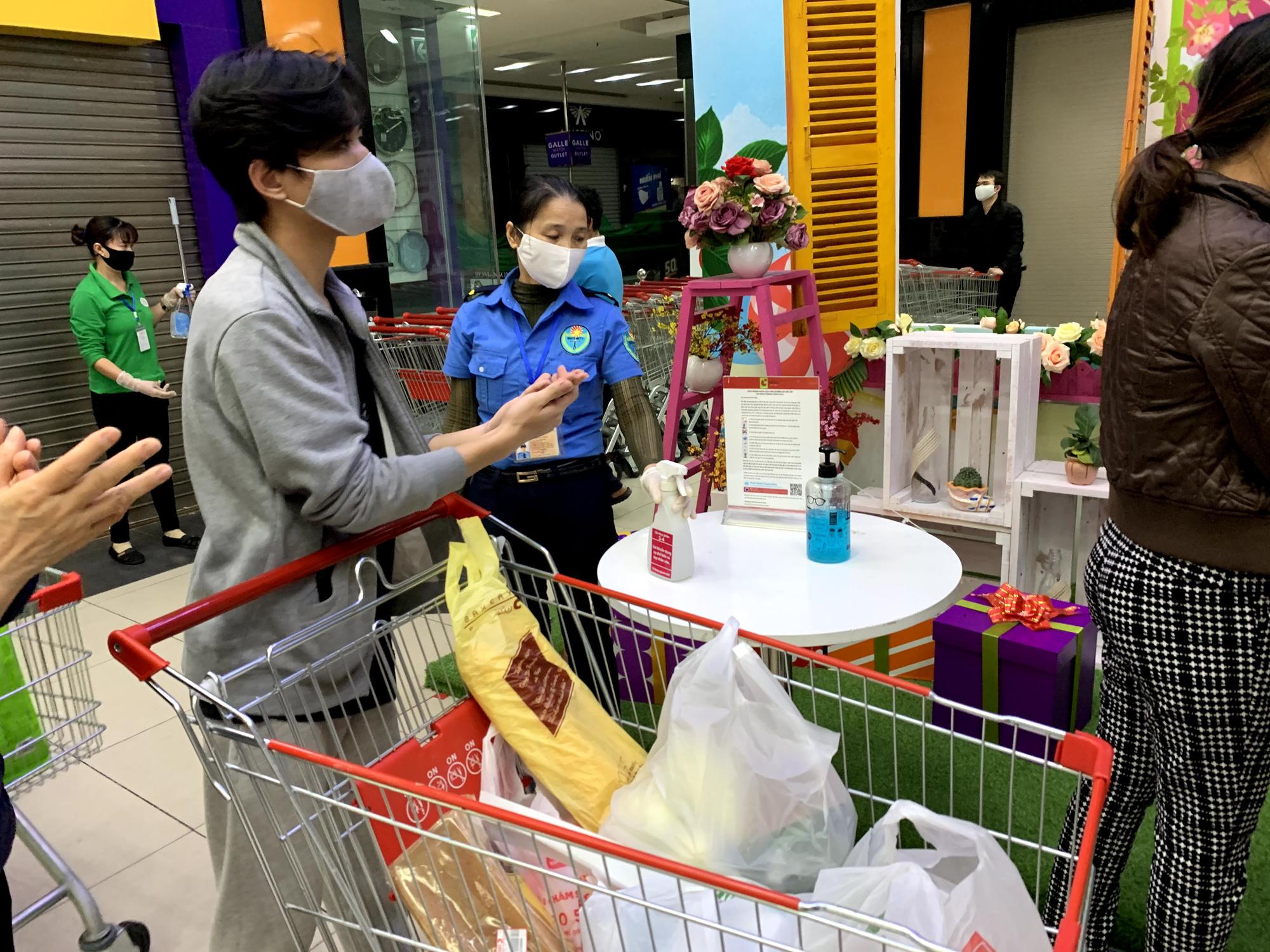 Người Hà Nội kéo đi mua hàng chuẩn bị cho những ngày cách li, nhân viên siêu thị làm việc mỏi tay vẫn không xuể - Ảnh 14.